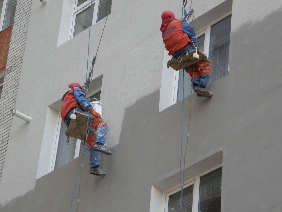Промышленный альпинизм при ремонте фасада многоэтажного дома